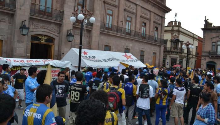Aficionados del San Luis FC marchan hasta Palacio de Gobierno pidiendo apoyo para que permanezca el equipo