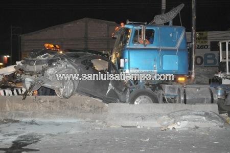 Trailer impacta y se lleva cinco vehículos en la Rioverde