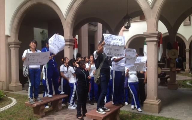 Alumnos del Cecyte piden destitución de autoridades que protegen a alumnas conflictivas