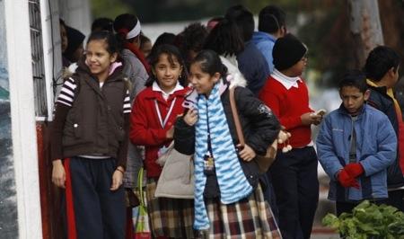Sancionarán a escuelas que no permitan entrada tarde