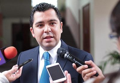 Si tienen 18 millones para bonos, deben aplicarse los 20 millones de becas: Enrique Flores