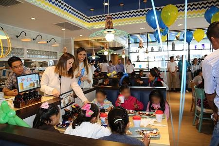 IHOP ofreció un desayuno para niños y niñas de casas hogar