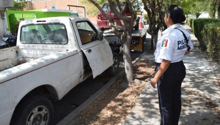 Con el Operativo Chatarra, siguen retirando vehículos abandonados en las calles