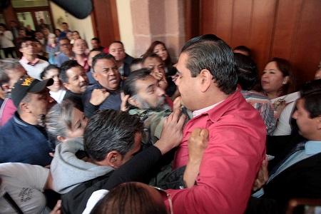 Comerciantes irrumpen por la fuerza en Sesión del Congreso y lesionan a trabajador [VIDEO]