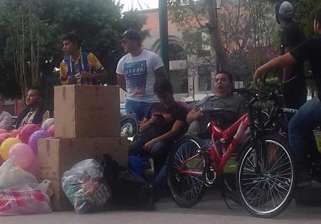 Jovenes universitarios reunen juguetes para niños de zonas marginadas