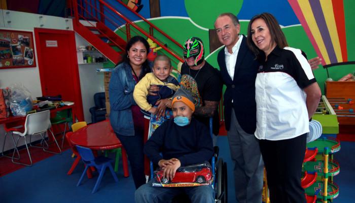 JM Carreras y Rey Misterio visitaron a niños de oncopediatría del Hospital Central