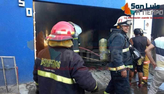 Incendio consume fábrica de botanas en Pedro Moreno