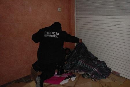 Policías Municipales ayudaron a indigentes por frío atípico