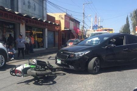 Choque entre vehículo y motocicleta en Morales, deja daños materiales