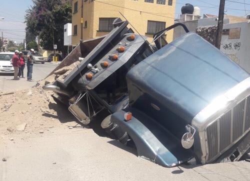 Socavón se traga medio camión de volteo, en la Col. La Victoria  [Fotos]