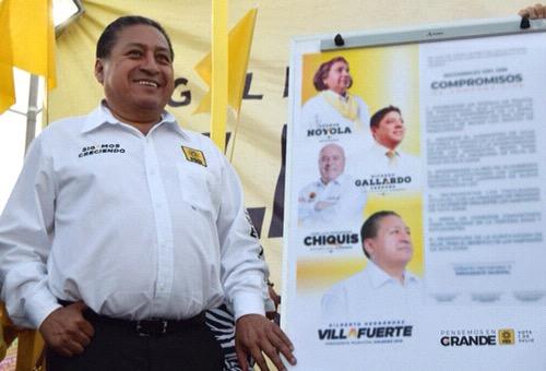 Gilberto Hernández Villafuerte firma sus compromisos ante Notario Público