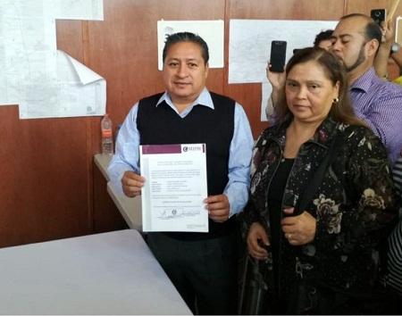 Gilberto Hernández Villafuerte recibe constancia como Alcalde Electo de Soledad.