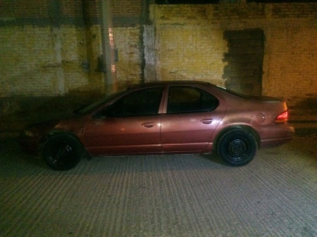 Oficiales municipales recuperan vehículo con reporte de robo.