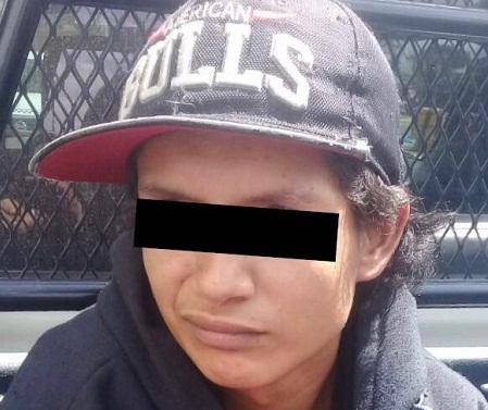 Agentes municipales arrestan a joven por no pagar mercancía en tienda departamental.end
