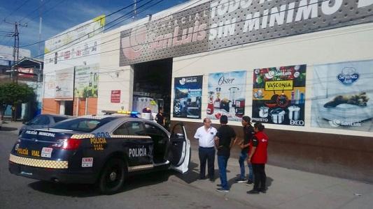 Policías municipales detienen a dos sujetos por presunto robo a comercio.