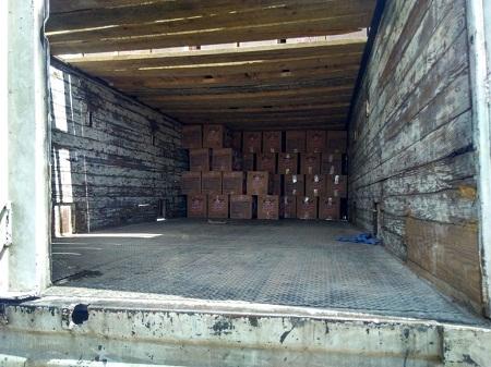 Policía municipal localiza remolque de trailer semi vacío con cajas de huevo de gallina.