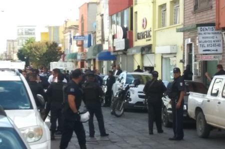 Policías Municipales se enfrentan con asaltantes y frustran robo en tienda de calzado