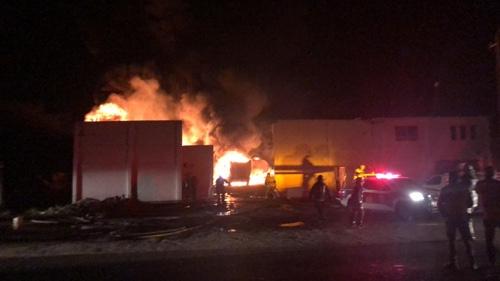 Tras explosión se incendia predio y varios vehículos en Carretera a Matehuala
