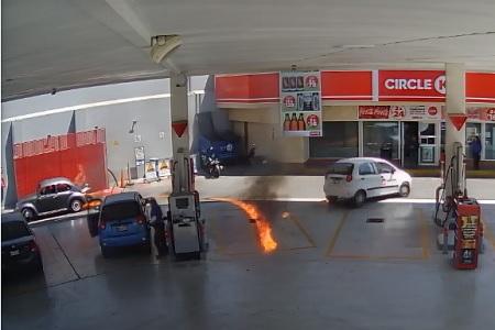 Se incendia vocho en gasolinera de Himno Nacional  [VIDEO]