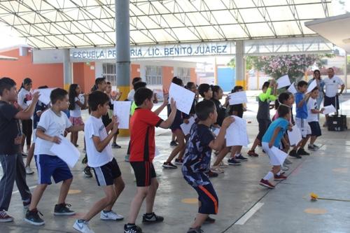 Realizaron prácticas deportivas de evaluación para niños en la Escuela Primaria Benito Juárez.