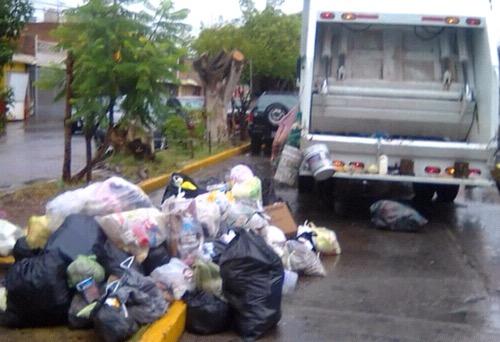Llama Aseo Público a no tirar basura y desechos al drenaje