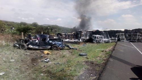 Fuerte encontronazo entre trailer y camioneta, deja seis muertos