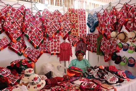 Gobierno del Estado apoya a 250 artesanos y artesanas potosinas durante FENAPO 2019