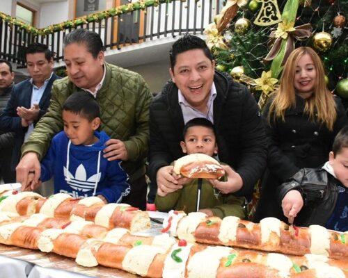 Alcalde Gilberto Hernández y diputado Ricardo Gallardo, compartieron rosca monumental con la ciudadanía